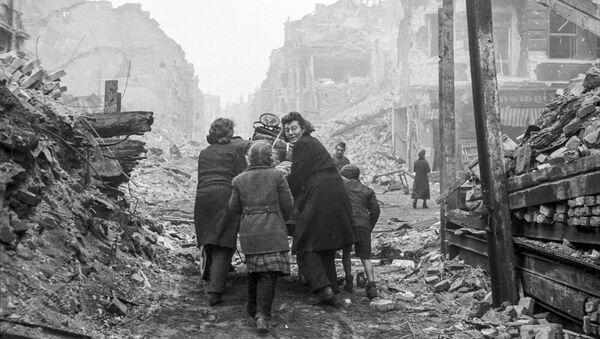 Mieszkańcy Berlina wracają do domu po zrujnowanej ulicy. 1945 rok. - Sputnik Polska