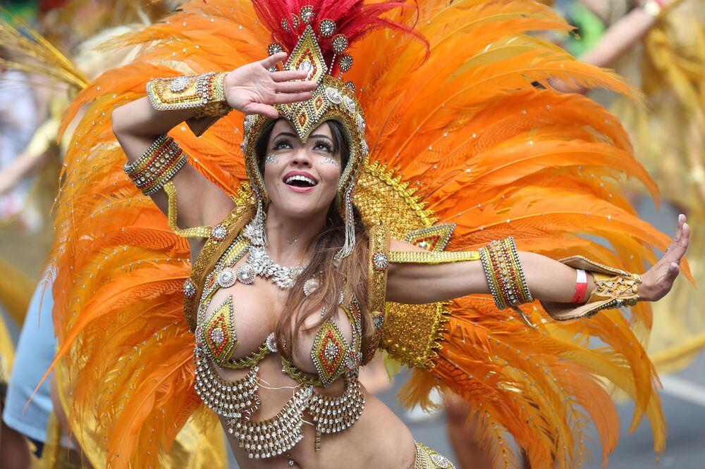 Dziewczyna w kostiumie bierze udział w karnawale Notting Hill w Londynie