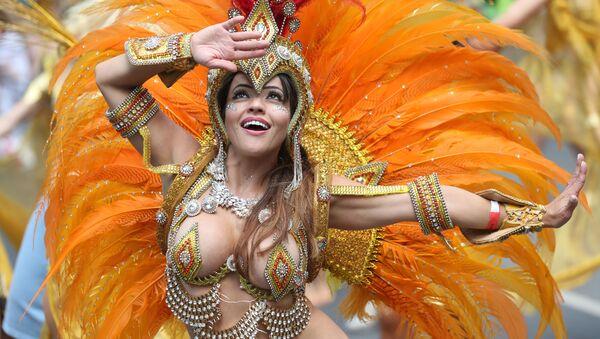 Dziewczyna w kostiumie bierze udział w karnawale Notting Hill w Londynie - Sputnik Polska