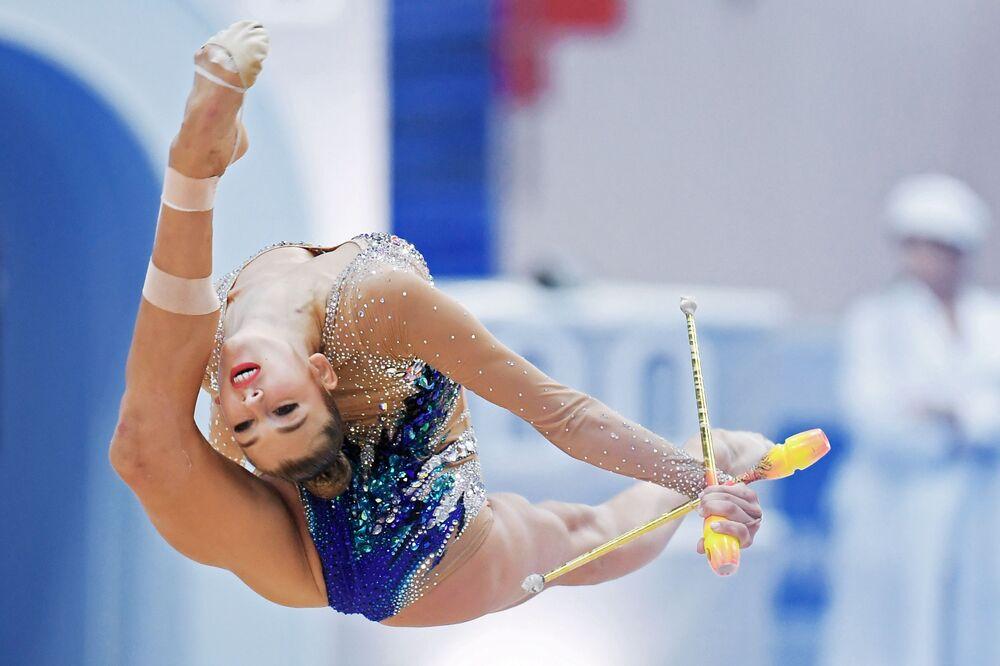 Rosjanka Aleksandra Sołdatowa wykonuje ćwiczenia z maczugami w kwalifikacjach indywidualnych na etapie Challenge Cup-2018 w gimnastyce artystycznej w Kazaniu