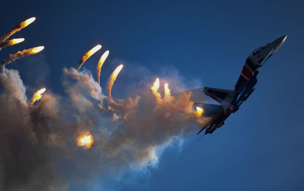 """Wielozadaniowy myśliwiec Su-30SM drużyny akrobacyjnej """"Russkie Witiazi"""" na zakończeniu IV Międzynarodowego Wojskowego Forum Technicznego """"Armia-2018"""""""