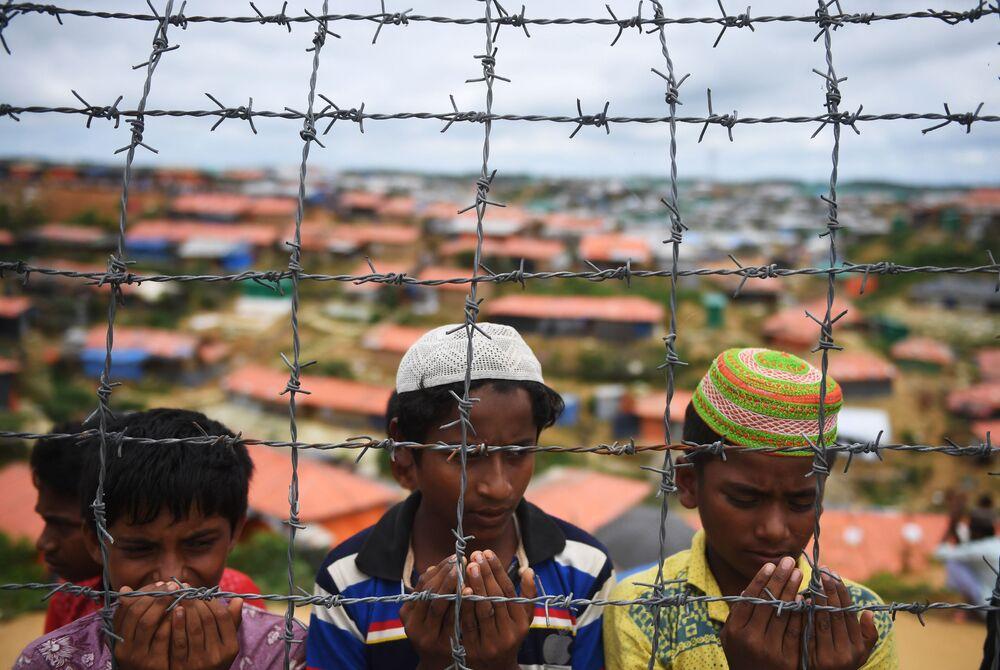 Uchodźcy Rohingya modlą się w obozie dla uchodźców w rocznicę rozpoczęcia masowego exodusu ludzi z Myanmy do Bangladeszu