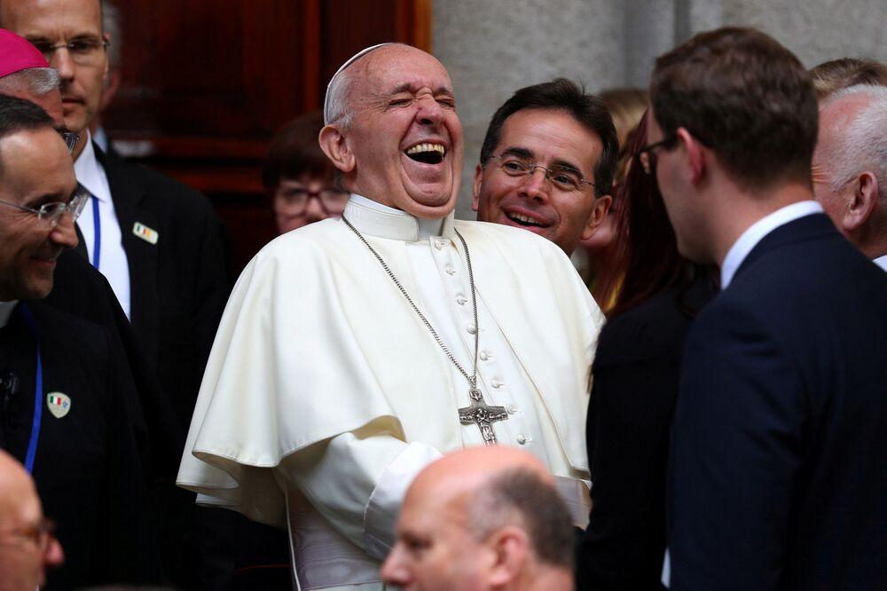 Papież Franciszek przy kościele Najświętszej Marii Panny podczas swojej wizyty w Dublinie