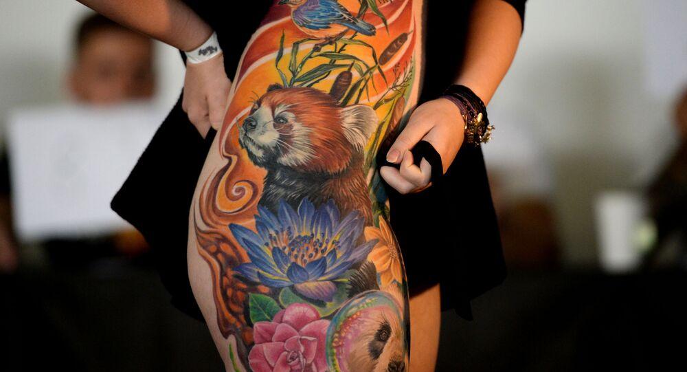 Uczestniczka 7. Syberyjskiego Festiwalu Tatuażu w hotelu Sosnovka Resort w Nowosybirsku