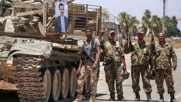 Wojska rządowe obok portretu prezydenta Syrii Baszara al-Asada - Sputnik Polska
