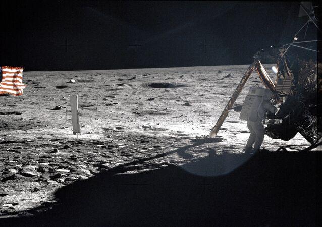 Amerykański astronauta NASA Neil Armstrong na Księżycu