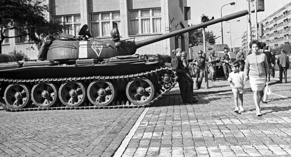 Radziecki czołg na jednej z ulic Pragi w sierpniu 1968 roku