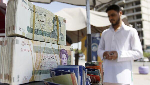 Pliki irańskiej waluty i irański handlarz w An-Nadżaf w Iranie - Sputnik Polska