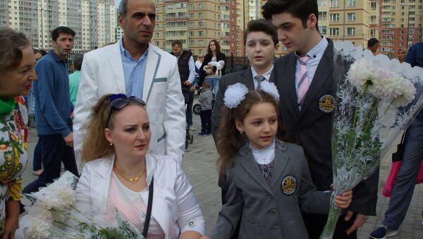 Irina Barakat z mężem i dziećmi na szkolnym apelu 1 września w szkole w Petersburgu - Sputnik Polska