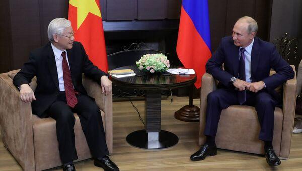 Sekretarz generalny Komitetu Centralnego Komunistycznej Partii Wietnamu Nguyen Phu Trong i prezydent Rosji Władimir Putin podczas spotkania w Soczi - Sputnik Polska