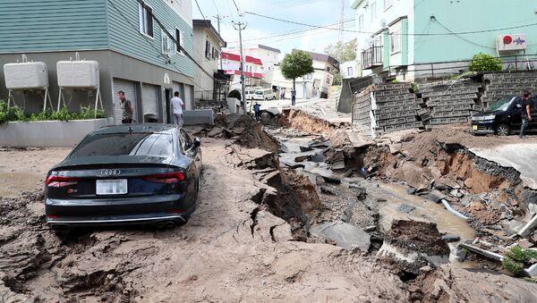 Zniszczona ulica z powodu trzęsienia ziemi na wyspie Hokkaido w Japonii - Sputnik Polska