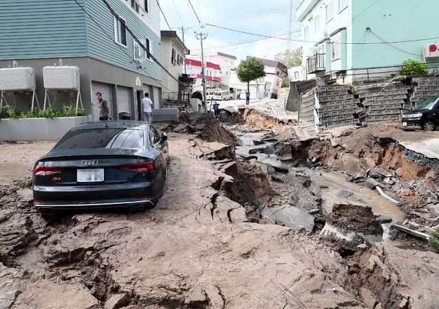 Zniszczona ulica z powodu trzęsienia ziemi na wyspie Hokkaido w Japonii