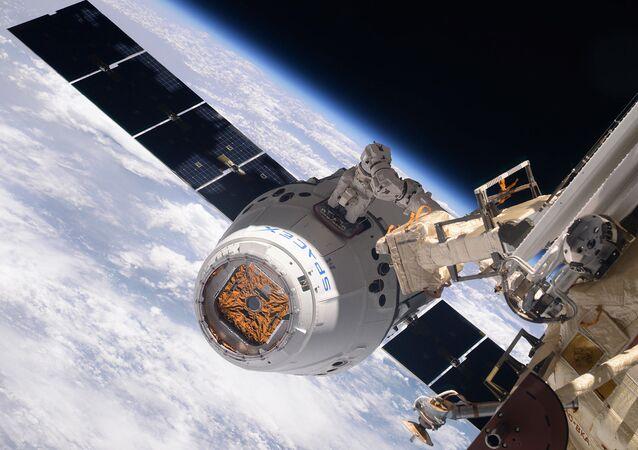 Statek kosmiczny SpaceX Dragon podczas dokowania z MSK