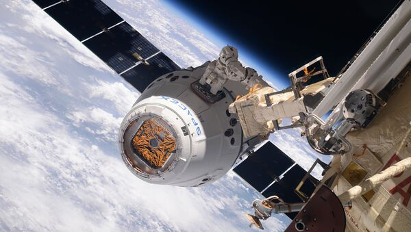 Statek kosmiczny SpaceX Dragon podczas dokowania z MSK - Sputnik Polska
