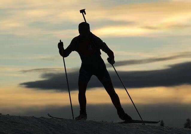 Rosyjski biathlonista w czasie treningu