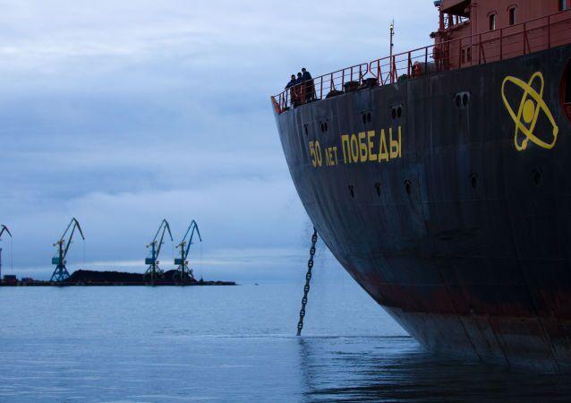 """Lodołamacz atomowy """"50 lat Zwycięstwa"""" - jeden z trzech lodołamaczy eskortujących tankowiec """"Bałtyka"""" na trasie Murmańsk-port Ningbo Północnej Drogi Morskiej"""