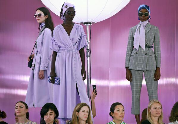 Modelki prezentują kolekcję projektantki Kate Spade podczas Tygodnia Mody w Nowym Jorku - Sputnik Polska