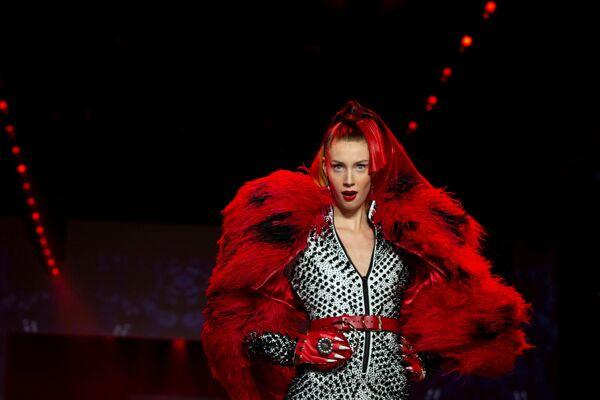 Modelka prezentuje kolekcję projektanta The Blonds podczas tygodnia Mody w Nowym Jorku - Sputnik Polska