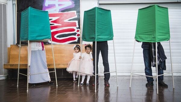 Głosowanie w lokalach wyborczych podczas wyborów parlamentarnych w Szwecji - Sputnik Polska