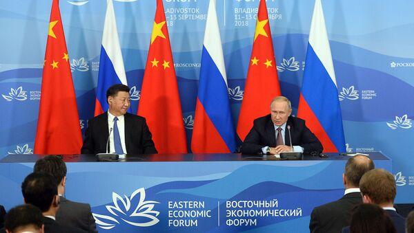 Prezydent Rosji Władimir Putin i przewodniczący ChRL Xi Jinping na konferencji prasowej po spotkaniu w kuluarach IV Wschodniego Forum Ekonomicznego - Sputnik Polska
