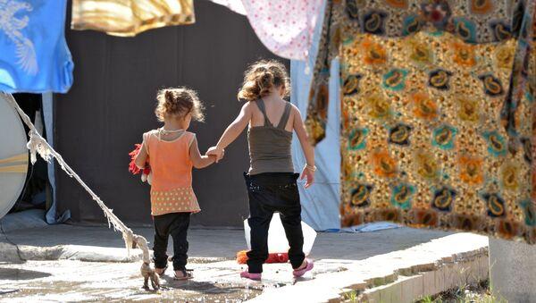 Dzieci w obozie dla wewnętrznych przesiedleńców z ogarniętych wojną wewnętrznych rejonów Syrii w Latakii - Sputnik Polska