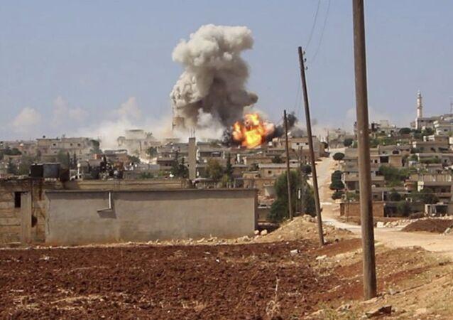 Zdjęcie wybuchu w wiosce Hobeit, rozpowszechnione przez Białe Hełmy