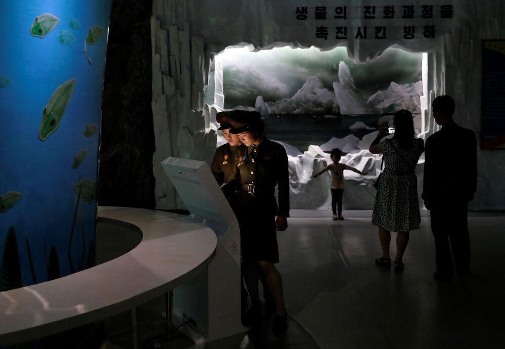 Koreańczycy w Muzeum Historii Naturalnej w Pjongjangu