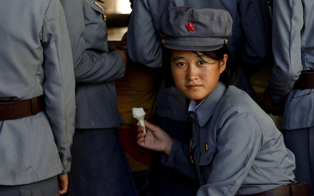 Koreańska żołnierka je lody