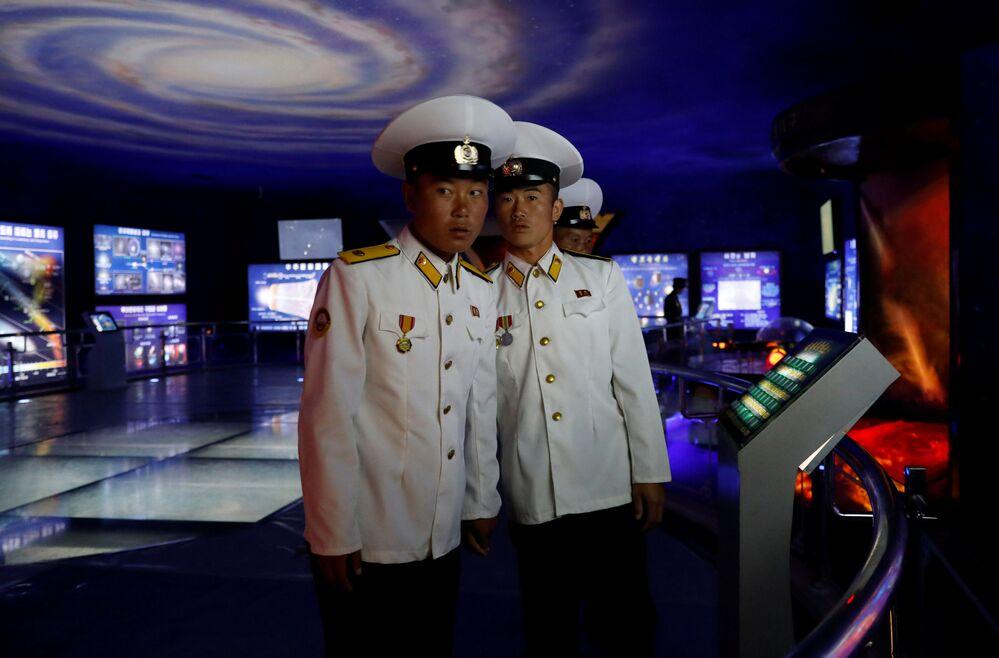 Marynarze w Muzeum Historii Naturalnej w Pjongjangu