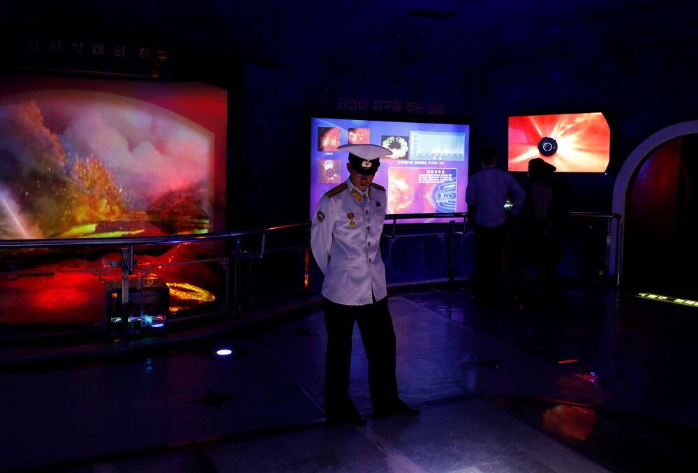 Marynarz w Muzeum Historii Naturalnej w Pjongjangu