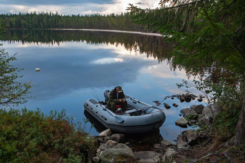 Rybak. Jeziora leśne w rejonie suojarwskim w Karelii