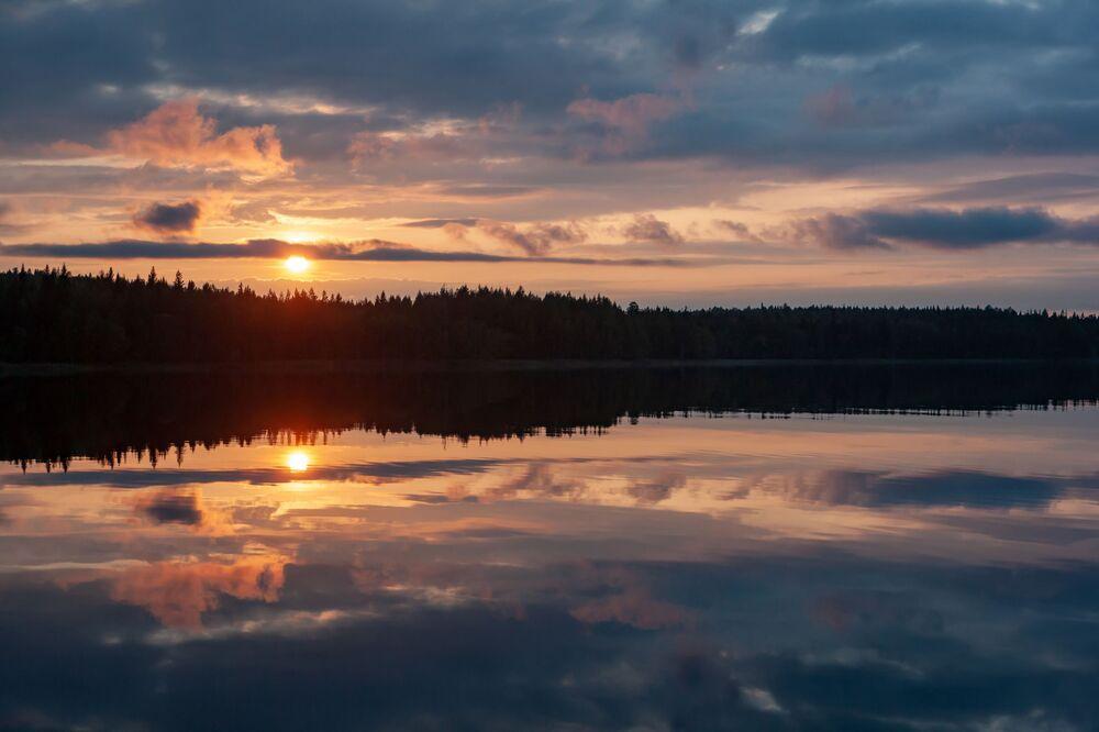 Zachód słońca. Jeziora leśne w rejonie suojarwskim w Karelii