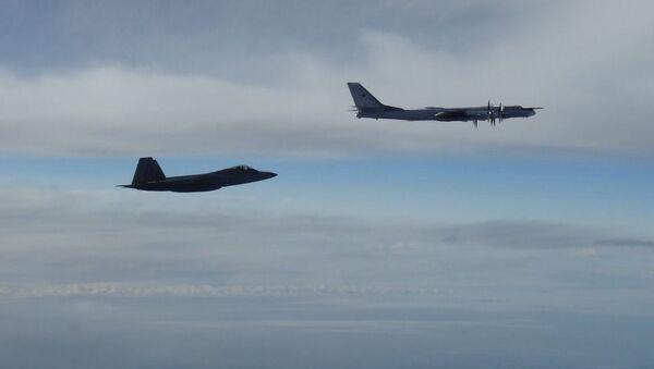 Rosyjski bombowiec Tu-95 ścigany przez amerykańskiego myśliwca F-22 Raptor w pobliżu Alaski - Sputnik Polska