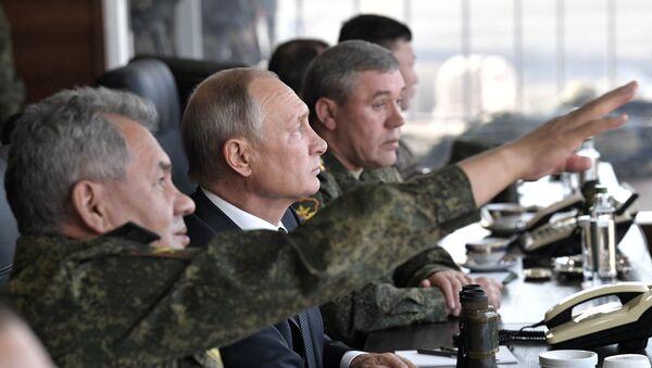 Prezydent Rosji Władimir Putin śledzi przebieg ćwiczeń wojskowych z udziałem rosyjskich, mongolskich i chińskich sił zbrojnych Wostok-2018 - Sputnik Polska