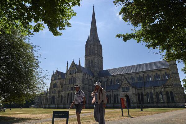 Gotycka katedra znajdująca się na obrzeżach najstarszej części miasta Salisbury - Sputnik Polska