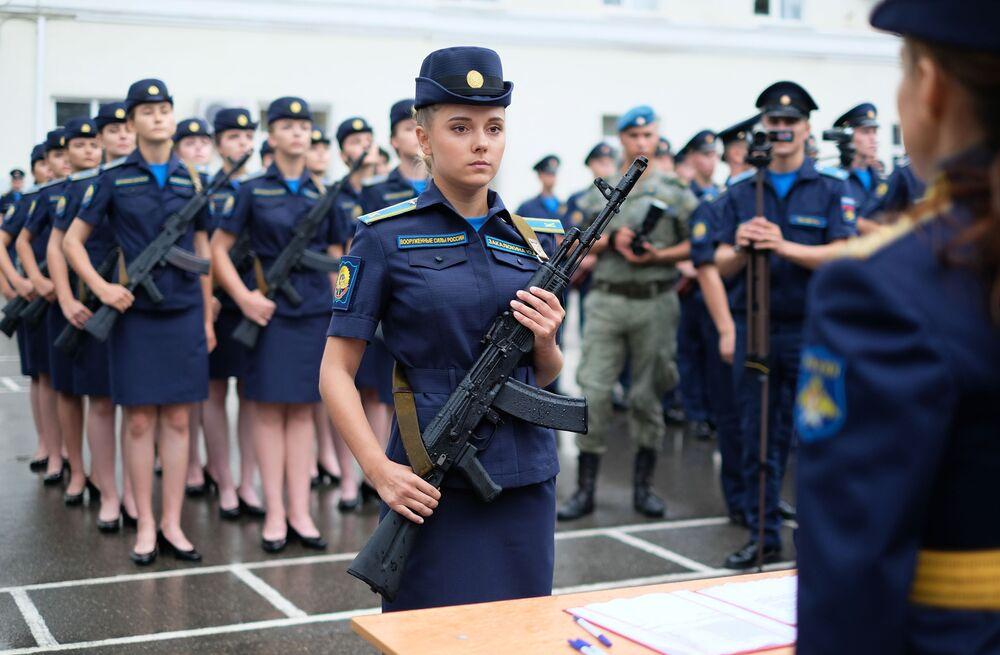 Kursanci Krasnodarskiej Wyższej Wojskowej Lotniczej Szkoły Pilotów na ceremonii zaprzysiężenia
