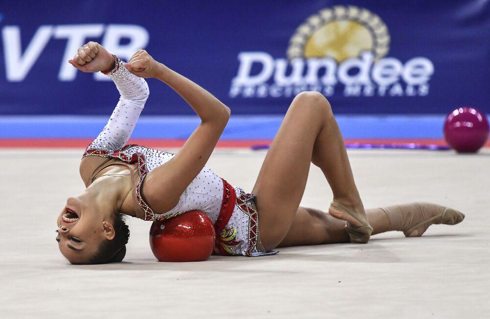 Rosyjska gimnastyczna Dina Awerina wykonuje ćwiczenia z piłką w programie indywidualnym na Mistrzostwach Świata w Gimnastyce Artystycznej 2018 w Soczi