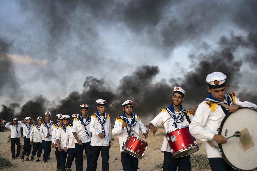 Palestyńscy skauci podczas protestów na granicy z Izraelem w mieście Bejt Lahija na północy Strefy Gazy