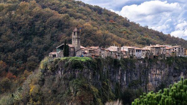 Castellfollit de la Roca - miasto położone na bazaltowym klifie o wysokości 50 m, między rzekami Fluvià i Toronell - Sputnik Polska