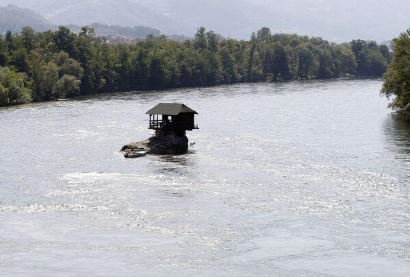 Drewniany domek na rzece Drina w Serbii - Sputnik Polska