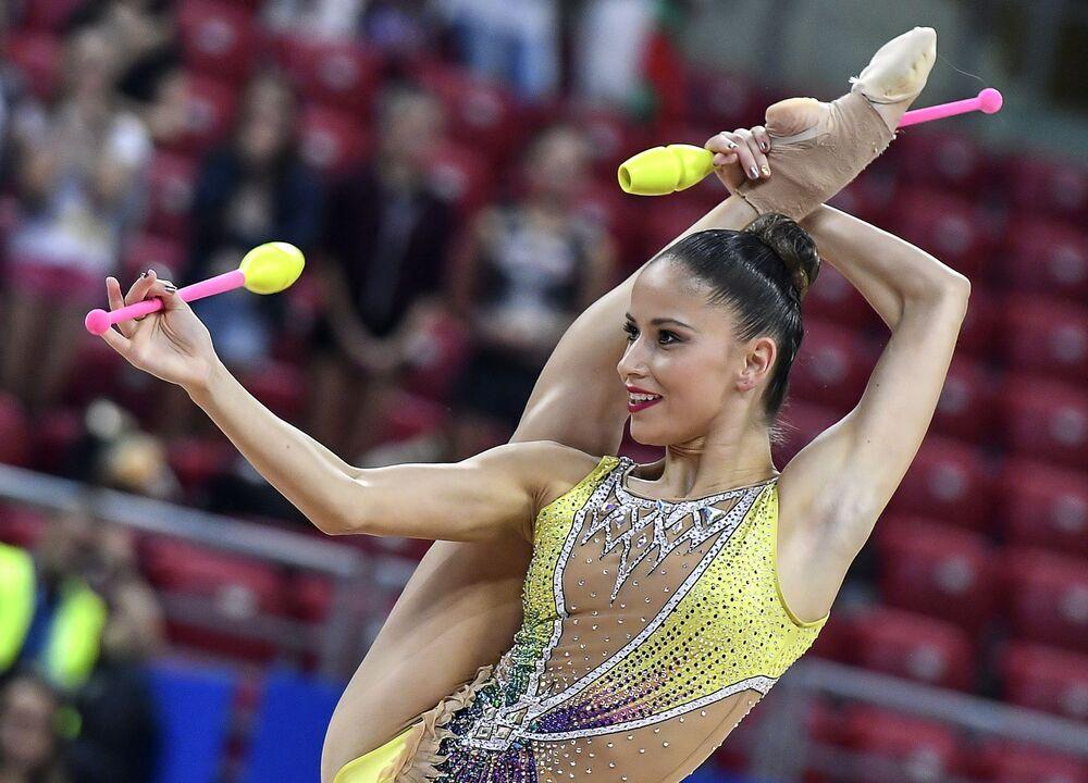 Neviana Vladinova (Bułgaria) wykonuje ćwiczenia kwalifikacyjnych występów z maczugami w indywidualnym programie podczas Mistrzostw Świata w Gimnastyce Artystycznej w 2018 roku w Sofii