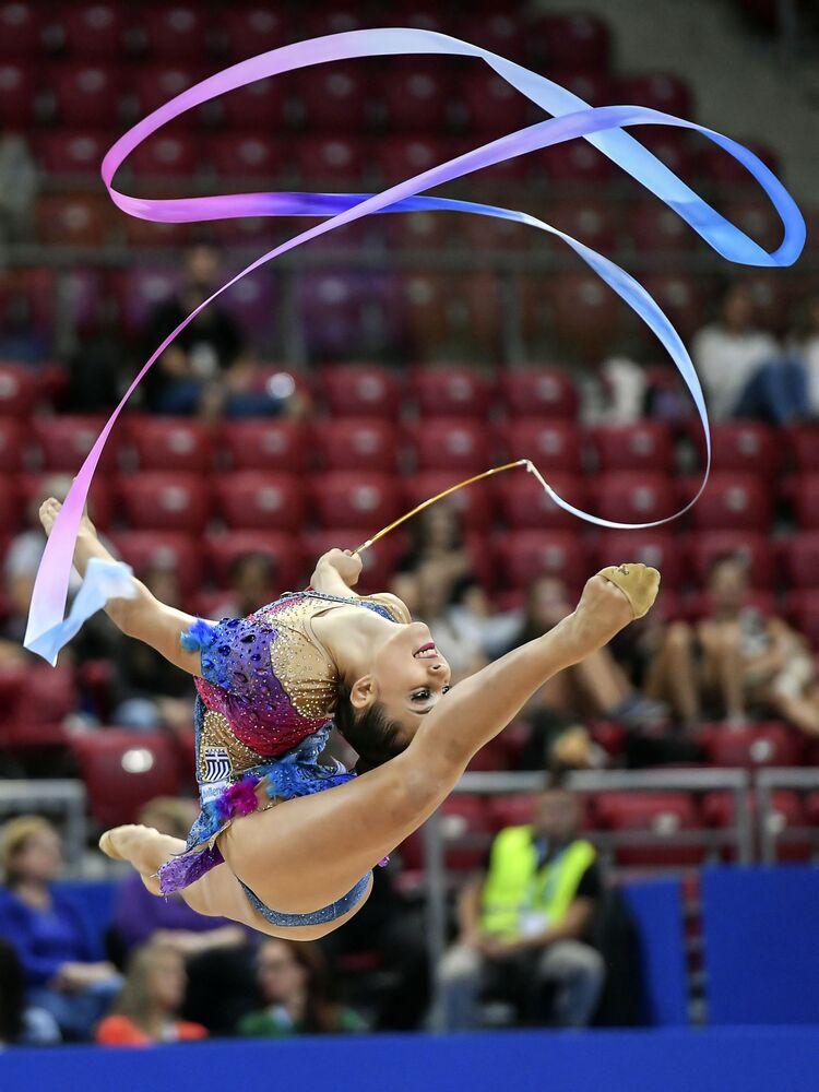Eleni Kedaliti (Grecja) wykonuje ćwiczenia występów kwalifikacyjnych ze wstążką w indywidualnym programie podczas Mistrzostw Świata w Gimnastyce Artystycznej w 2018 roku w Sofii
