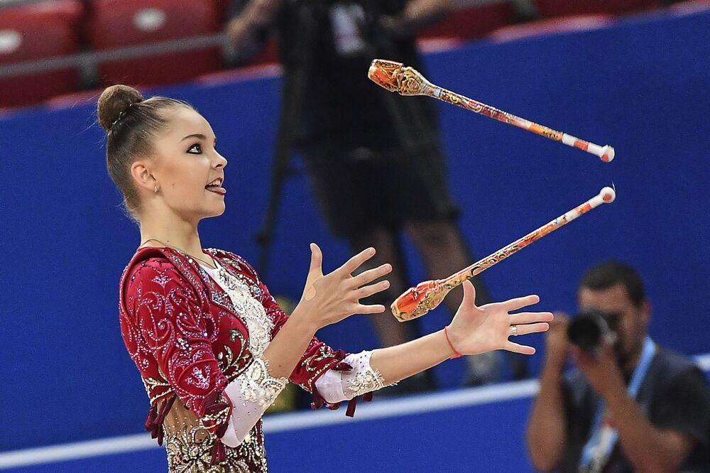 Arina Averina (Rosja) wykonuje ćwiczenia kwalifikacyjne z maczugami w indywidualnym programie podczas Mistrzostw Świata w Gimnastyce Artystycznej w 2018 roku w Sofii