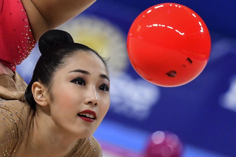 Son Yeon-jae (Korea Południowa) wykonuje ćwiczenia z piłką w indywidualnym programie na Mistrzostwach Świata w Gimnastyce Artystycznej w 2018 roku w Sofii