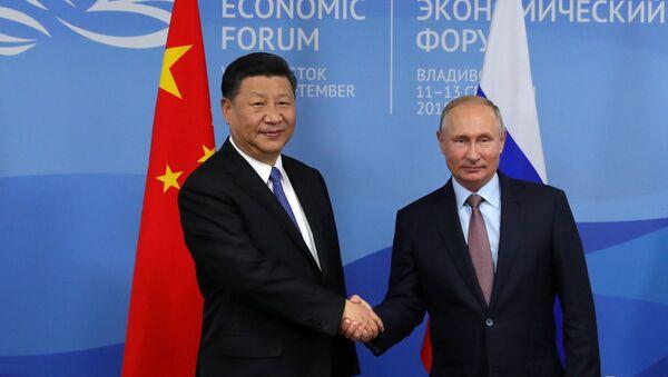 Prezydent Rosji Władimir Putin i przewodniczący Chin Xi Jinping na Wschodnim Forum Ekonomicznym we Władywostoku - Sputnik Polska
