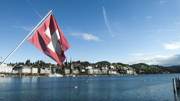 Szwajcarska flaga na tle Lucerny - Sputnik Polska