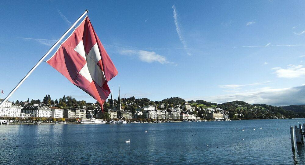 Szwajcarska flaga na tle Lucerny