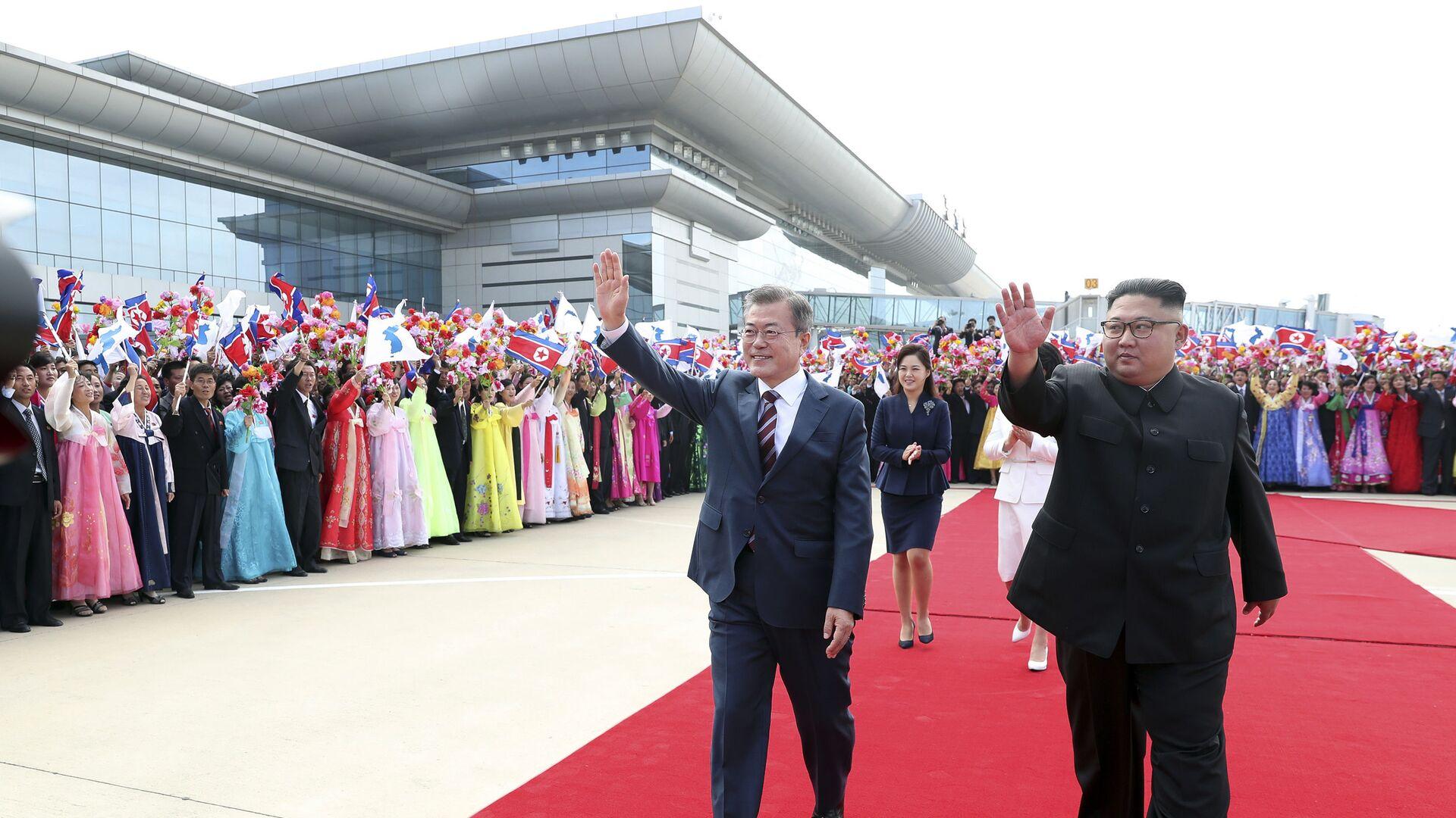 Przywódcy Korei Południowej i Północnej na lotnisku w Pjongjangu  - Sputnik Polska, 1920, 03.08.2021