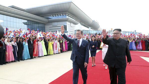 Przywódcy Korei Południowej i Północnej na lotnisku w Pjongjangu  - Sputnik Polska