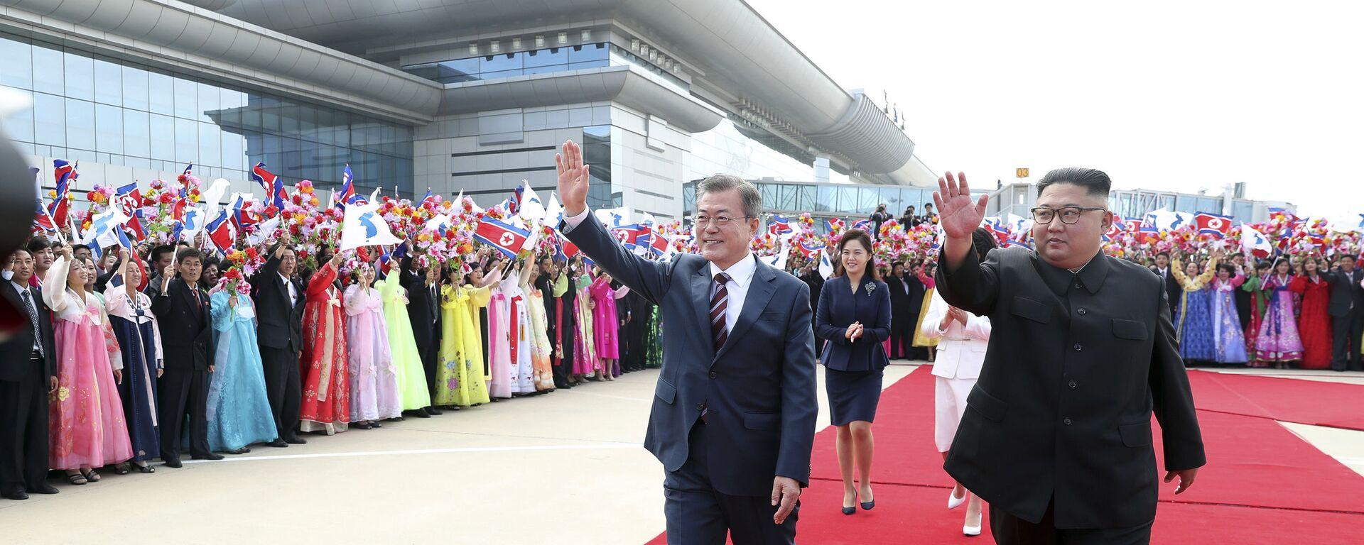 Przywódcy Korei Południowej i Północnej na lotnisku w Pjongjangu  - Sputnik Polska, 1920, 16.03.2021